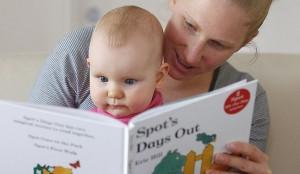 padres-leyendo-bebe